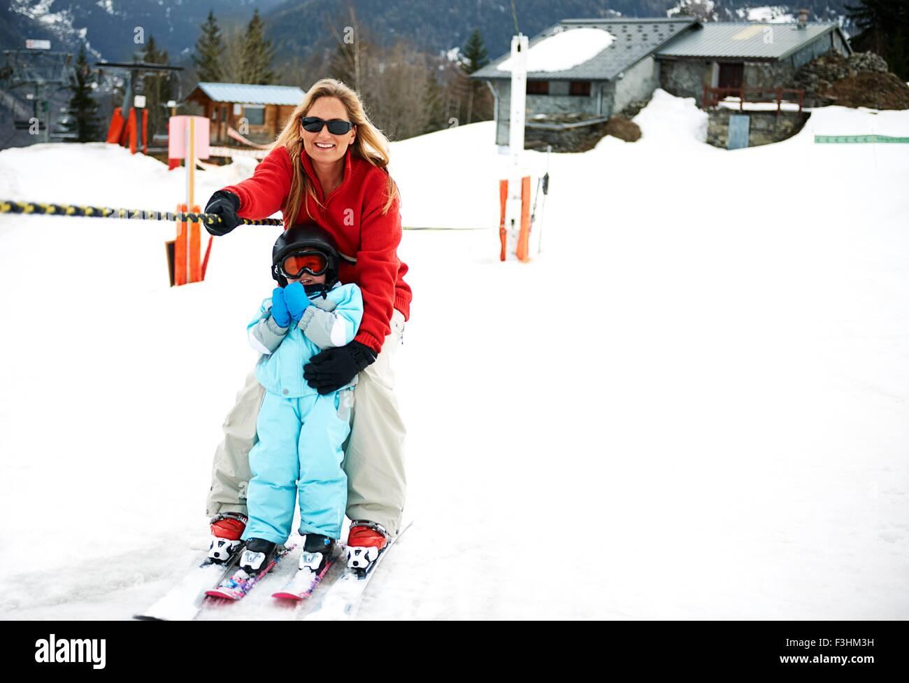 Männliche Kleinkind vor Mutter weiter Ski Seil, Les Arcs, Villaroger, Savoie, Frankreich Stockbild