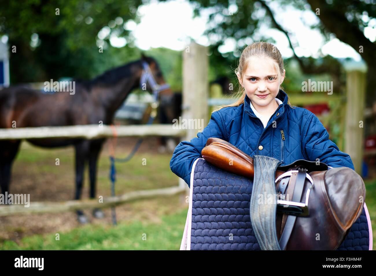 Mädchen-Reiterin mit Sattel Stockbild