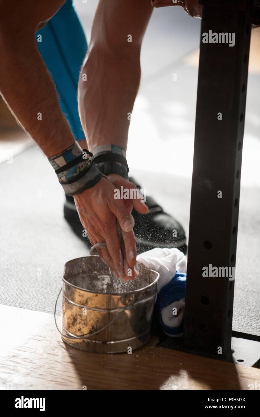 CrossFitter setzt Pulver auf Händen vor dem Training Stockbild