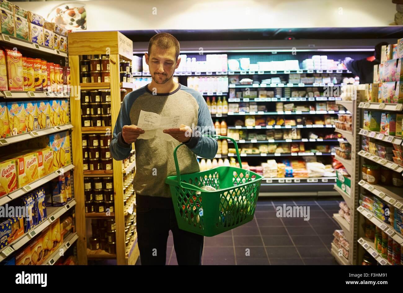 Mann im Supermarkt einkaufen Stockbild