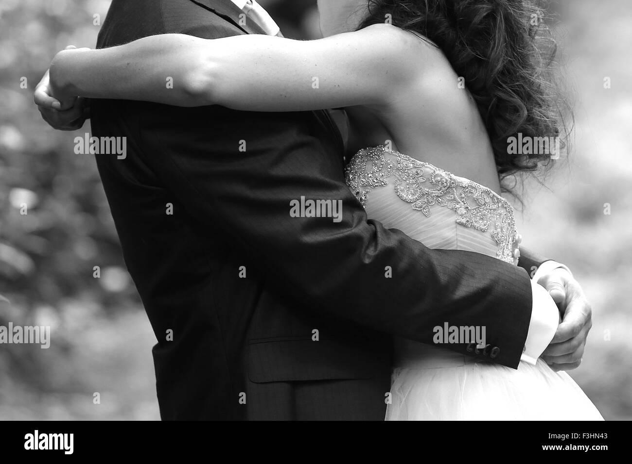 Braut und Bräutigam umarmen Stockbild