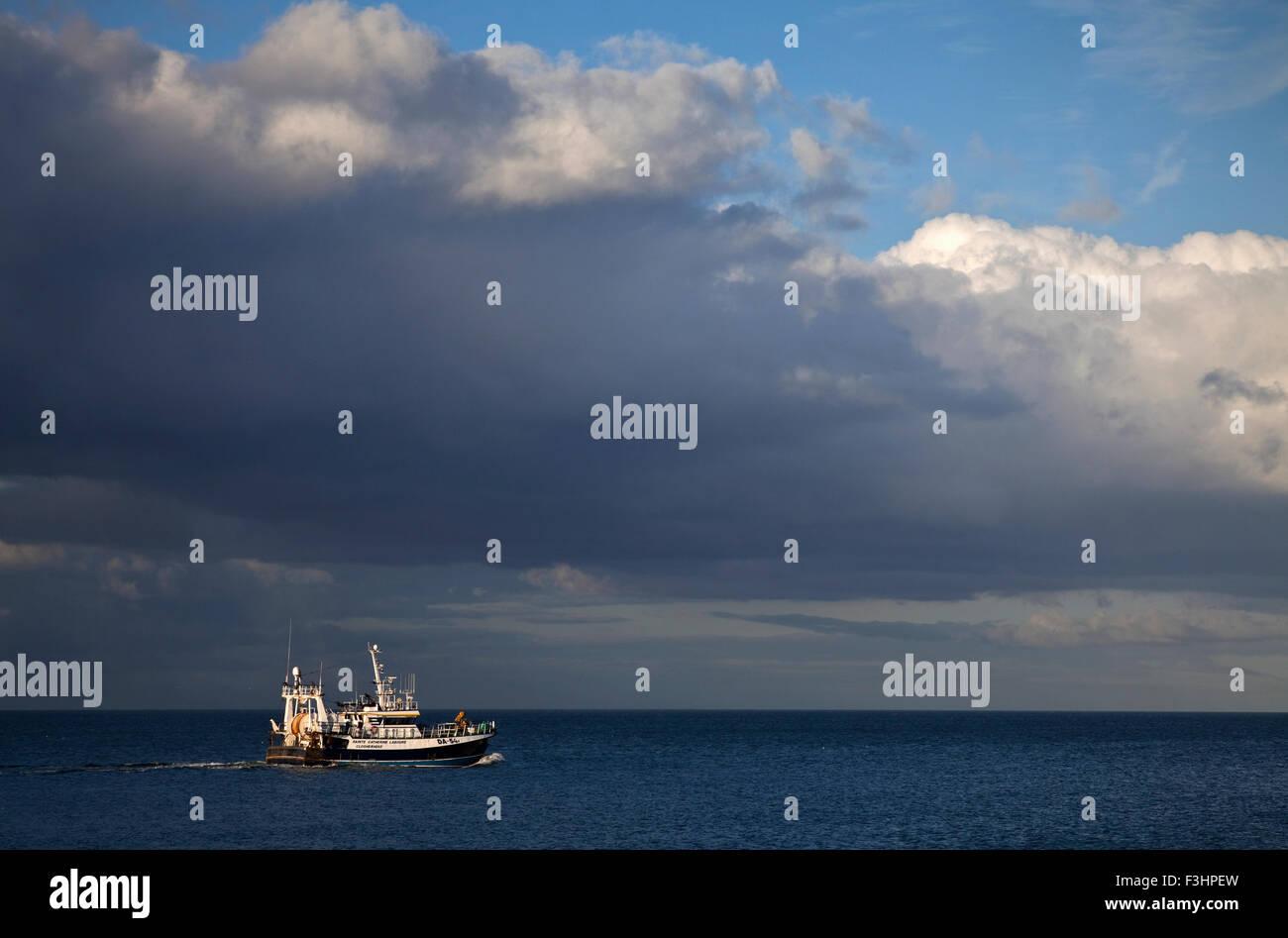 Angelboot/Fischerboot in der irischen See, Off Clogher Head, County Louth, Irland Stockbild