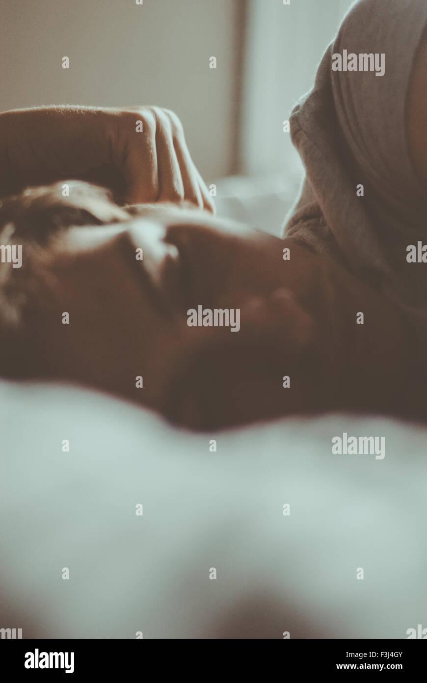 Hübscher junger Mann schlafen Stockbild