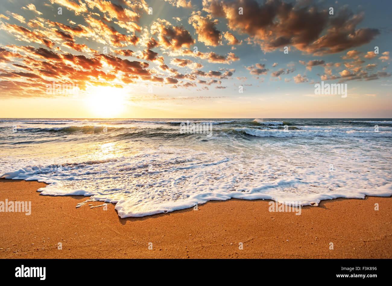 Brillante Ozean Strand Sonnenaufgang. Stockbild
