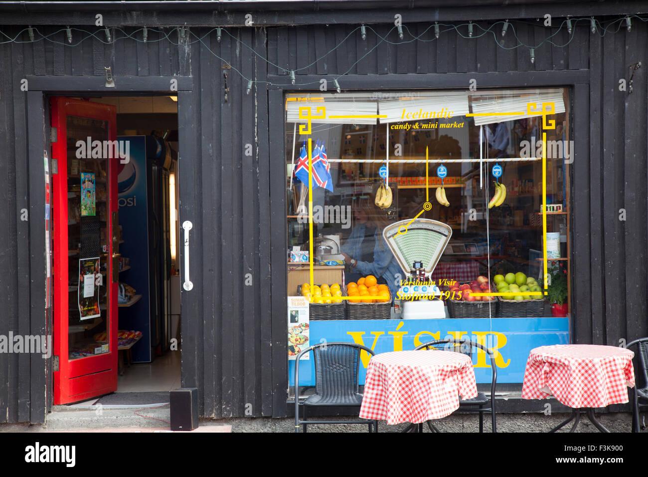 Lebensmittelgeschäft Fassade, Laugavegur, Reykjavik, Island. Stockbild