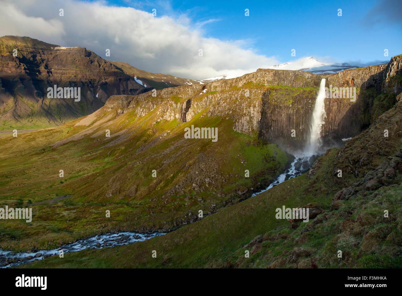 Berg-Wasserfall in der Nähe von Grundarfjordur, Snaefellsnes Halbinsel, Vesturland, Island. Stockbild