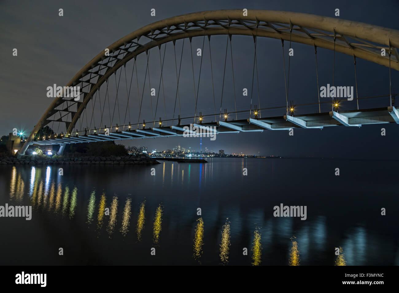 Humber Bay-Bogen-Brücke mit der Innenstadt von Toronto in Ferne zu sehen. Stockbild
