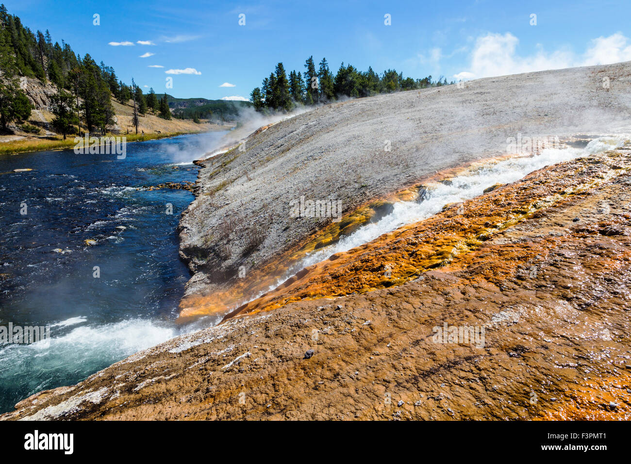 Midway Geyser Basin; heiße Quellen fließen Firehole River; Yellowstone-Nationalpark, Wyoming, USA Stockbild