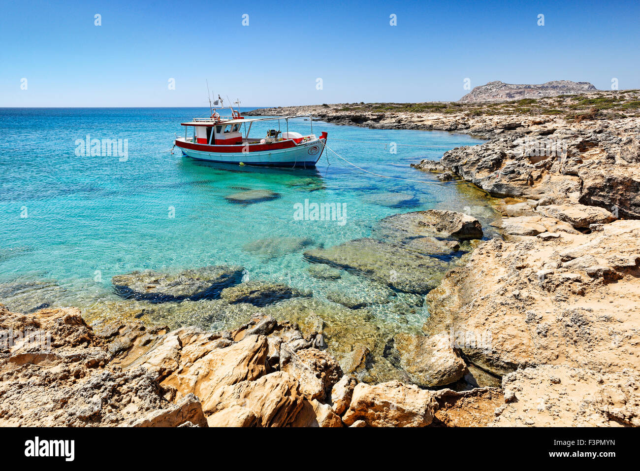 Ein Fischerboot in der Nähe von Diakofti in Karpathos, Griechenland Stockbild