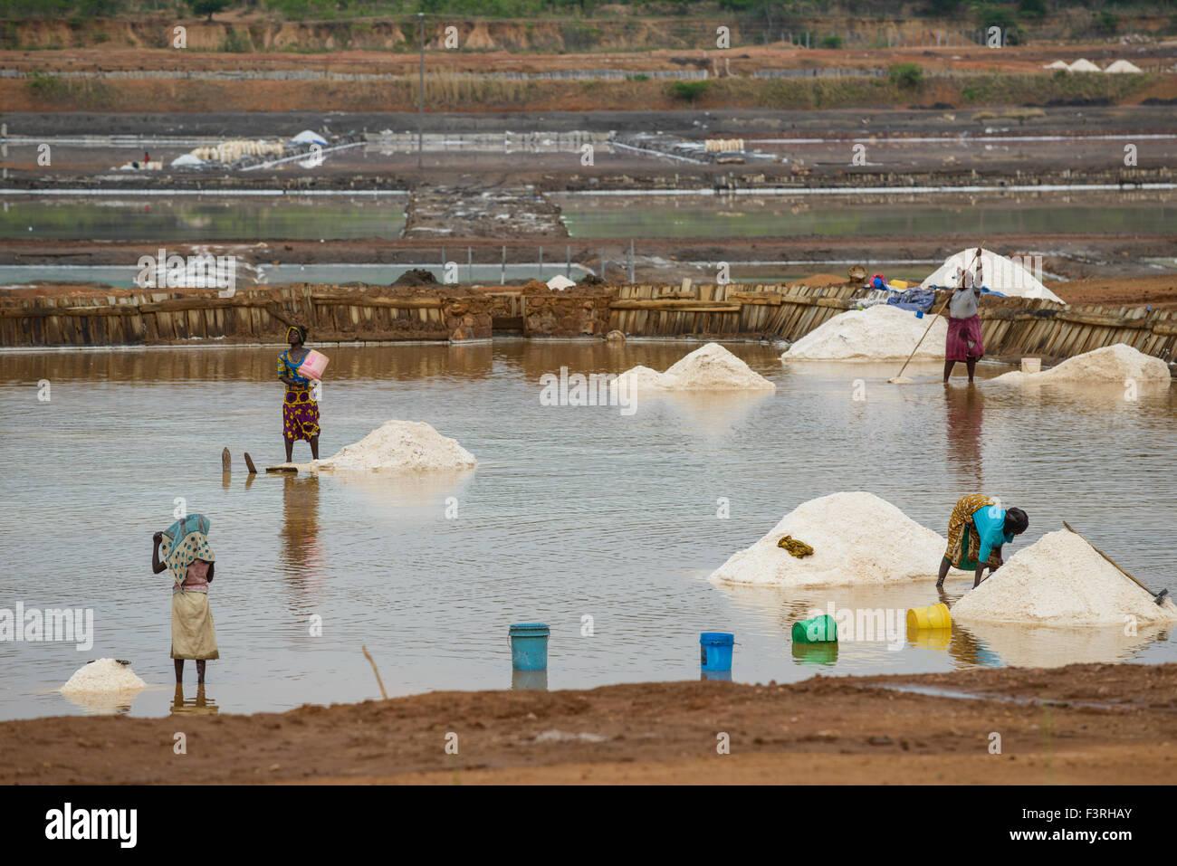 Salzgewinnung in eine Salzpfanne, westlichen Tansania, Afrika Stockbild