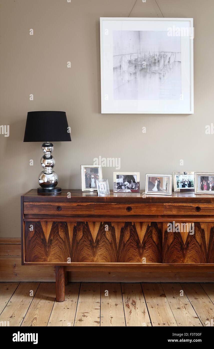 Dekorative Anrichte Aus Holz Mit Bilderrahmen Lampe Und Bild Rahmen