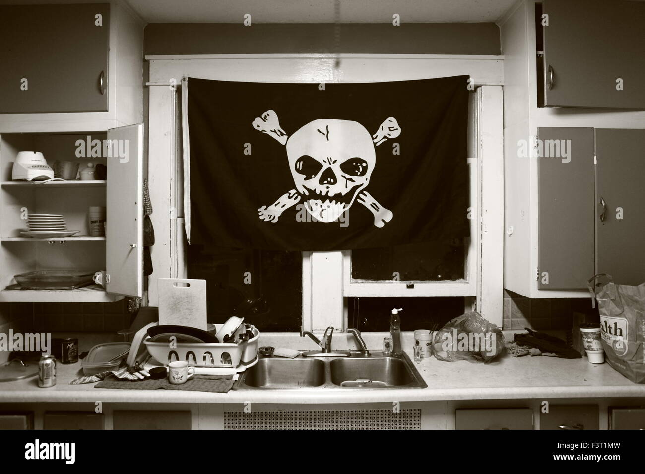 Piratenflagge in der Küche eines Punk-Hauses in Bloomington. Lass ...