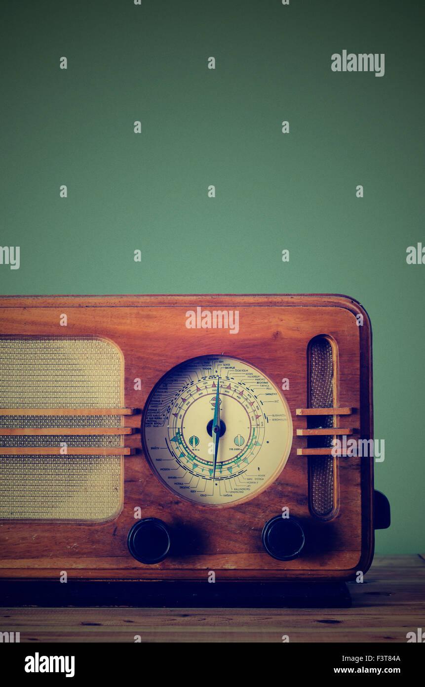 Antiken Radio auf Retro-Hintergrund Stockbild