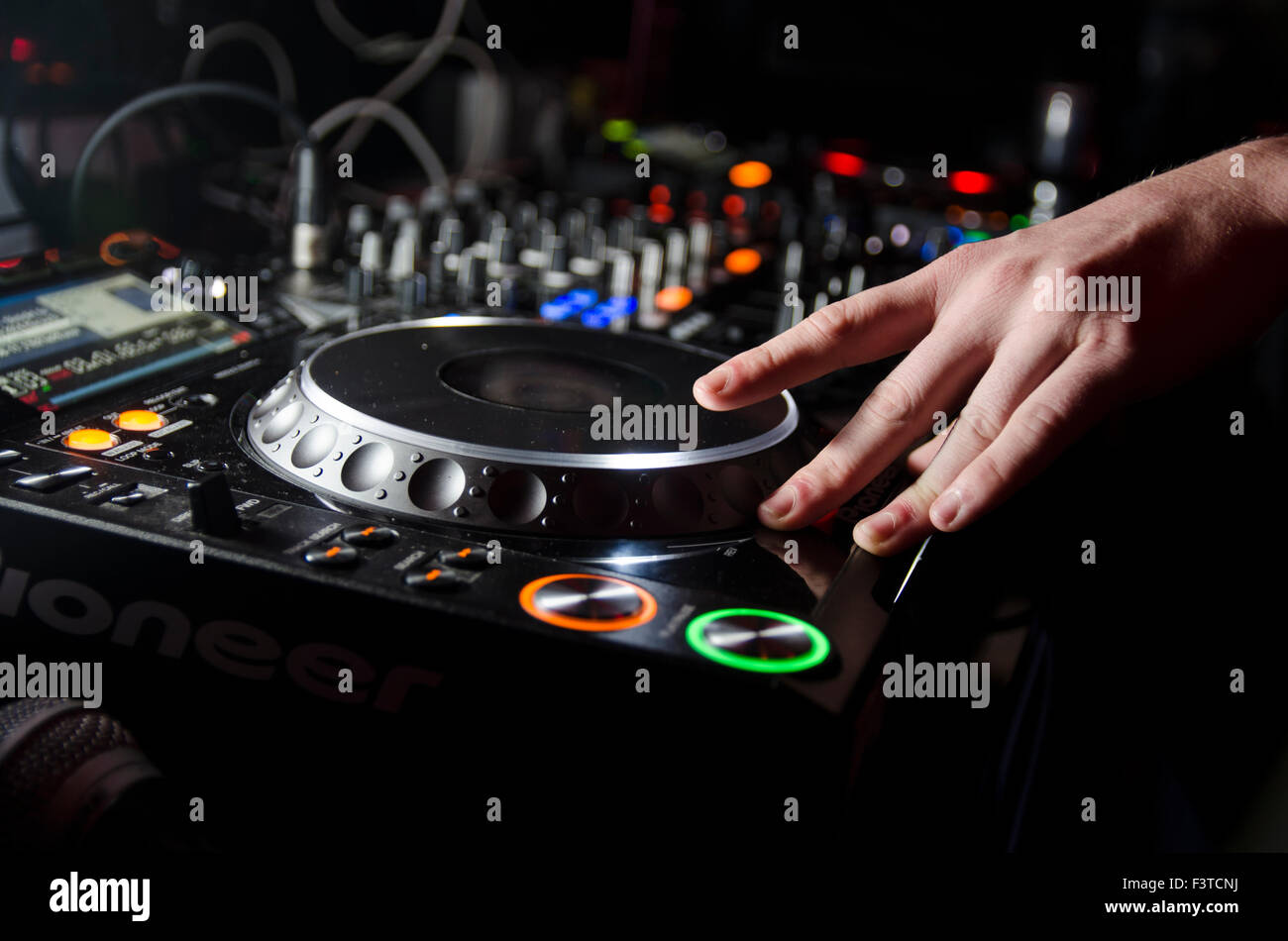Nahaufnahme von DJ Spinnerei Stockbild