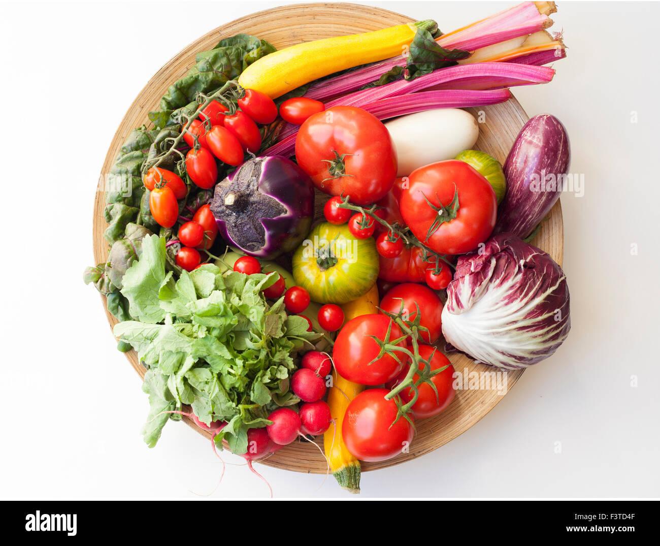 Eine Vielzahl von Gemüse auf Platte, Stillleben, London 2015. Stockbild