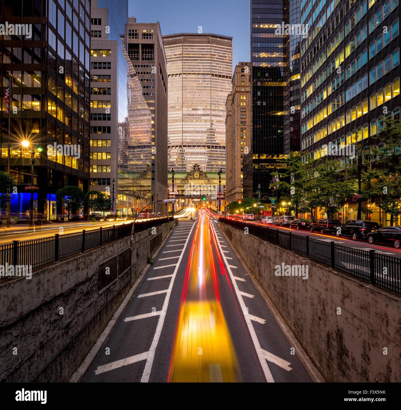 Auto leichte Wanderwege im Park Avenue South, Midtown Manhattan. Abendlicht am New Yorker Wolkenkratzer und Grand Stockbild