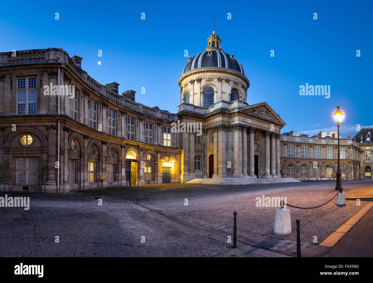 Innenhof des französischen Instituts (Institut de France), Heimat der französischen Akademie, im Morgengrauen, Stockbild