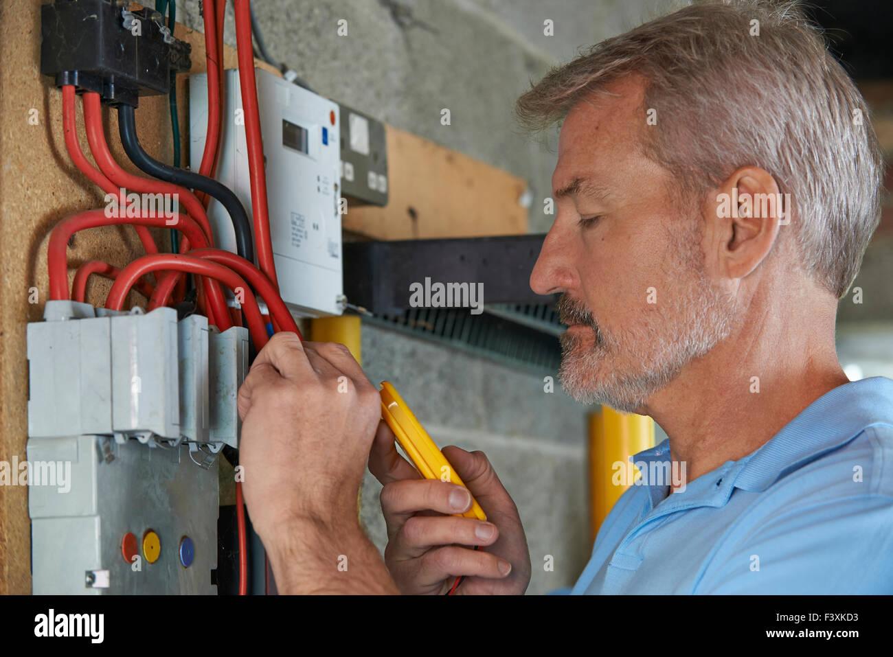 Elektriker testen Power Supply bei Fuse board Stockbild