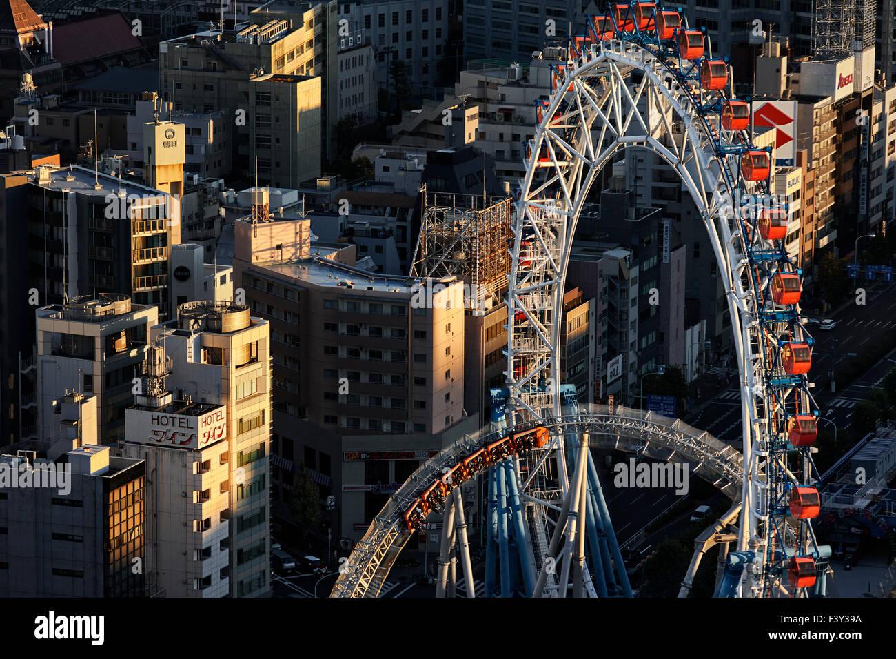 Japan, Insel Honshu, Kanto, Tokio, Vergnügungspark über Gebäude Dächern. Stockbild
