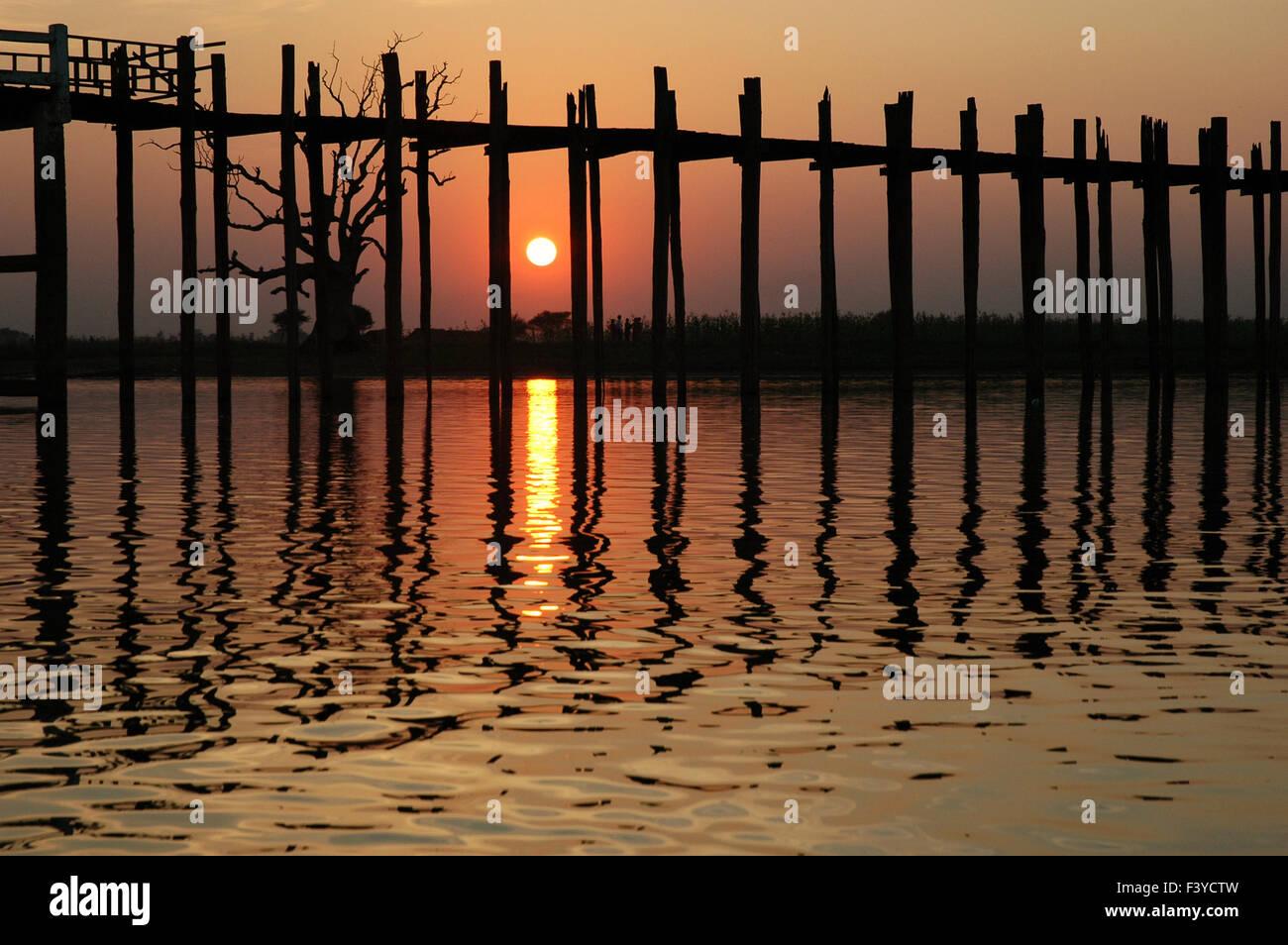 U Bein Brücke Reflexion ohne Menschen bei Sonnenuntergang, Amarapura, Mandalay, Myanmar Stockbild