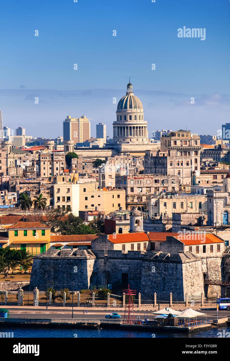 Havanna. Blick auf die Altstadt durch eine Bucht Stockbild