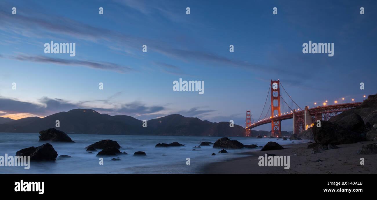 Panorama Golden Gate Bridge und Marin Hills in der Abenddämmerung. Marshalls Beach, San Francisco, Kalifornien, Stockbild