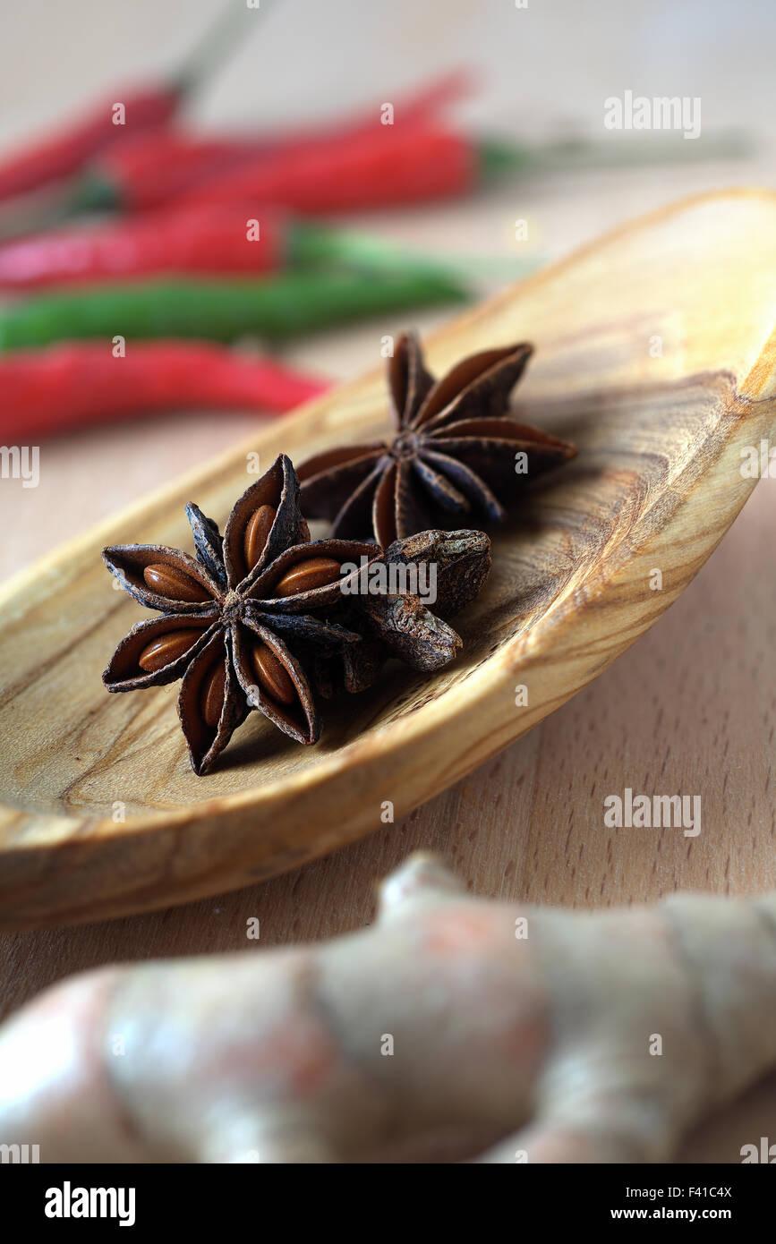 Gewürze, Sternanis auf einem Holzlöffel Stockbild