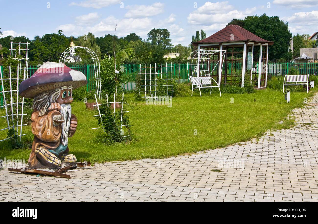 Garten Landschaft Design-Ausstellung, Skulptur von Gnome und Gartenmöbel. Stockbild