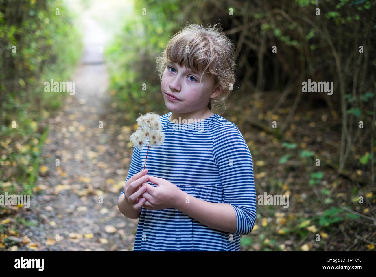 11 Jahre altes Mädchen suchen nachdenklich in den Wäldern Stockbild