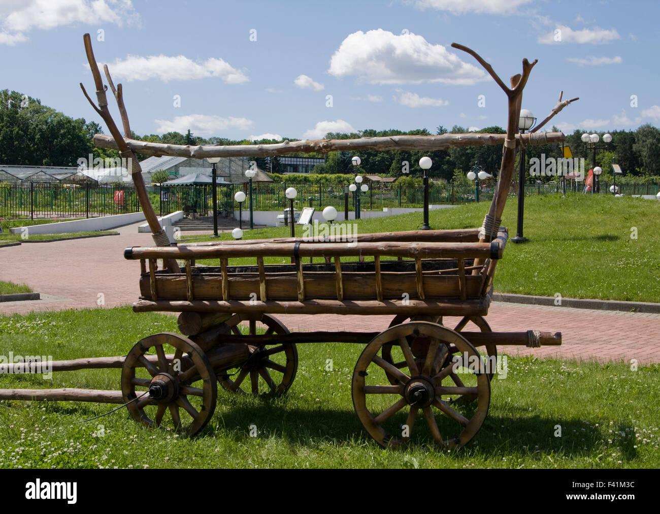 Ausstellung der Landschaftsgestaltung - dekorativen hölzernen Wagen. Stockbild
