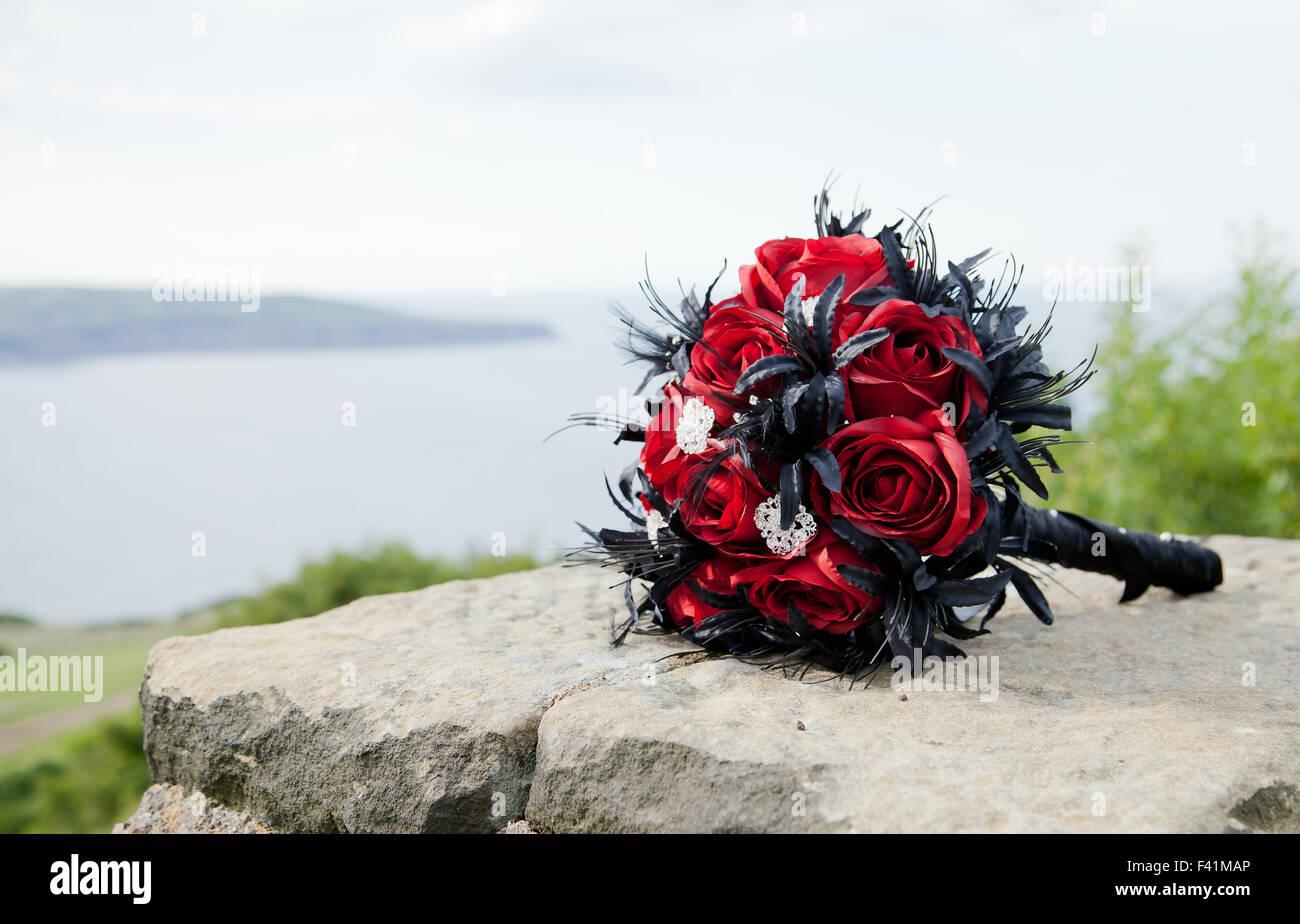 Schwarz Und Rot Rose Hochzeit Bouquet An Einer Wand Mit Blick Auf Das Meer