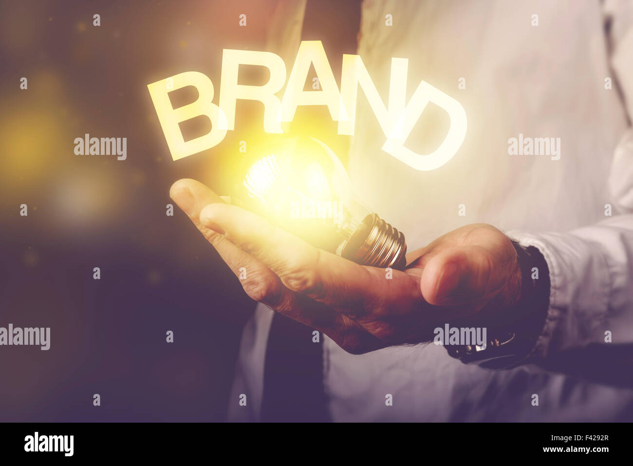Idee Markenkonzept mit Geschäftsmann Betrieb Glühbirne, getönten Retro Bild, selektiven Fokus. Stockbild