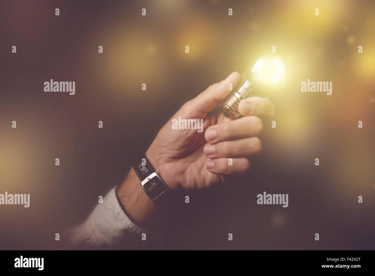 Großes Geschäft Idee visuelle Metapher, Geschäftsmann mit Glühbirne Blitz der dunklen Büro Interieur, Retro-getönten Stockfoto