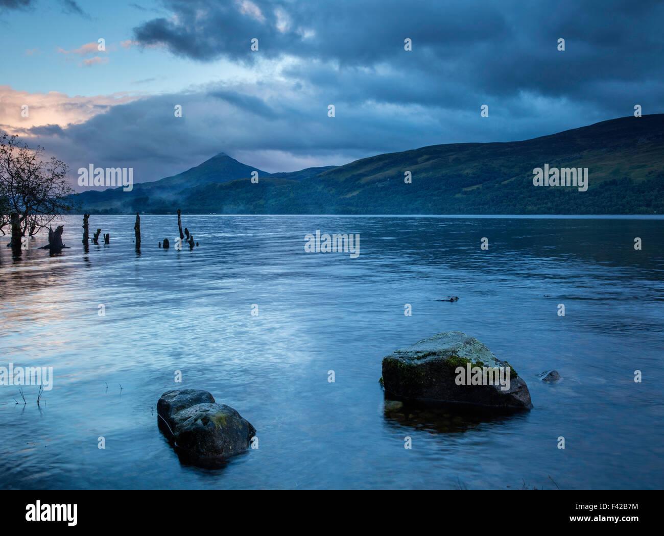 Loch Rannoch bei Dämmerung, Perth & Kinross, Schottland, UK Stockbild