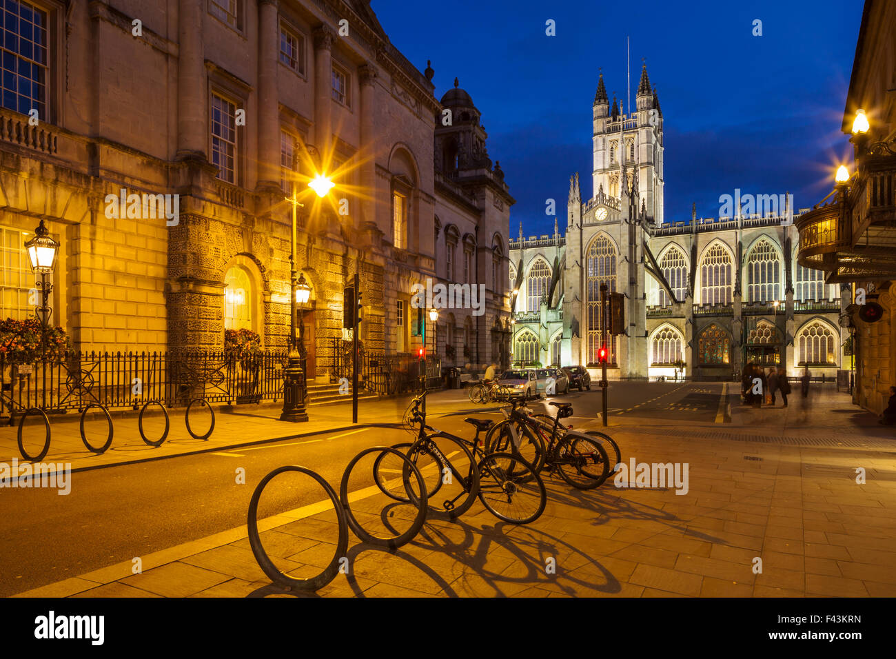 Abend in Bath Abbey und Guildhall in Bath, England. Stockbild