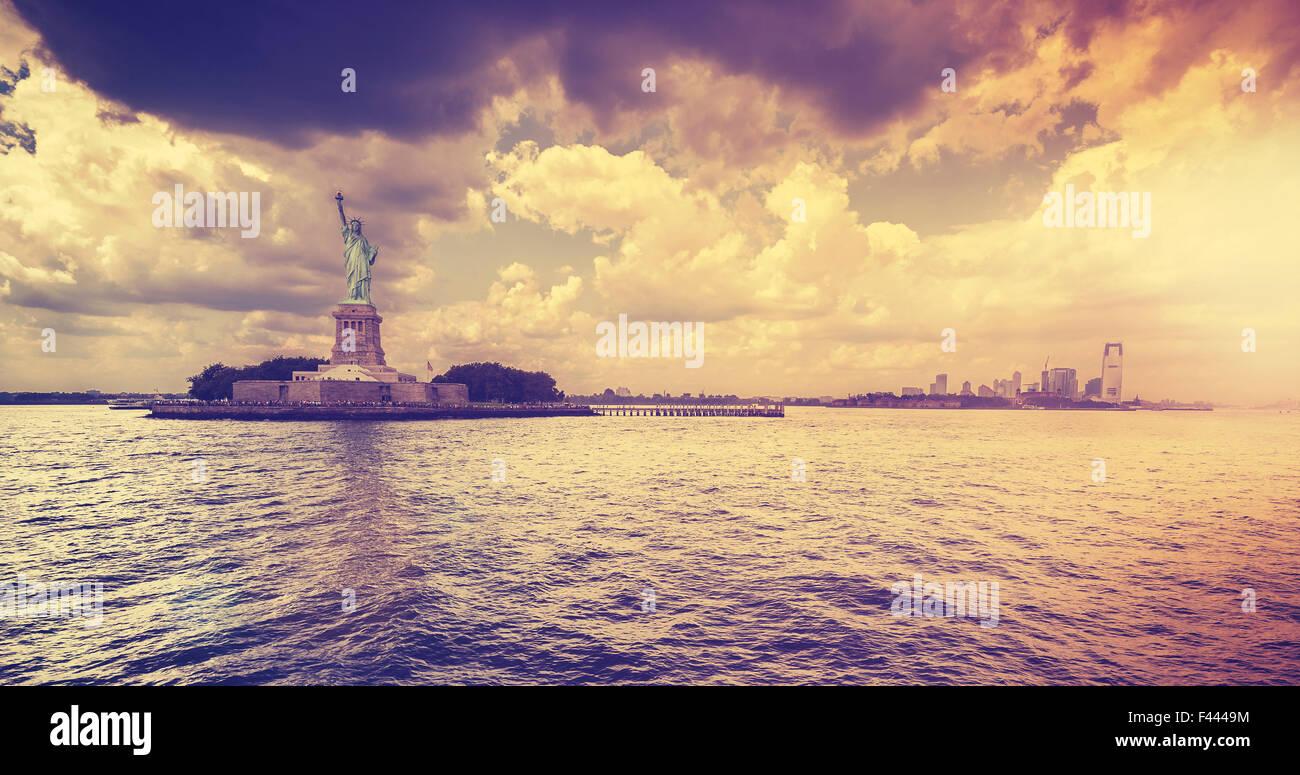 Vintage-Stil-Statue of Liberty mit dramatischen Sonnenuntergang, New York, USA. Stockbild