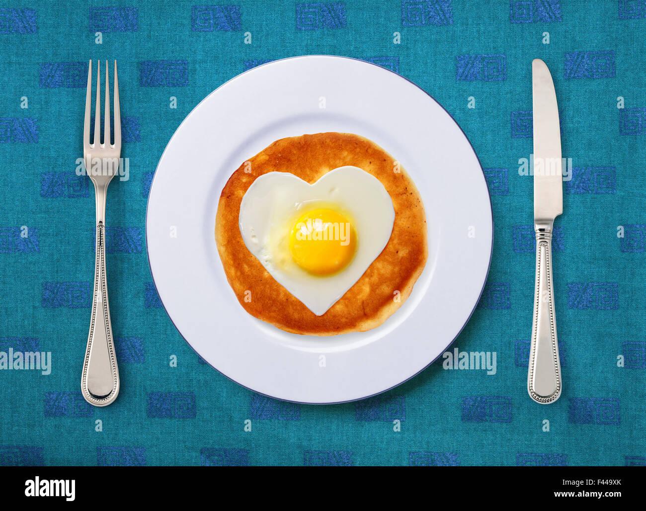 festliche Snack aus Rührei auf weißen Teller mit Messer und Gabel Stockbild