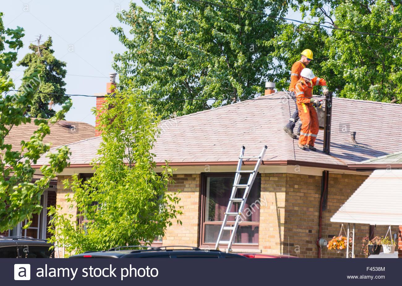 Arbeitnehmer, die Befestigung von elektrischer Leitungen zu einem ...