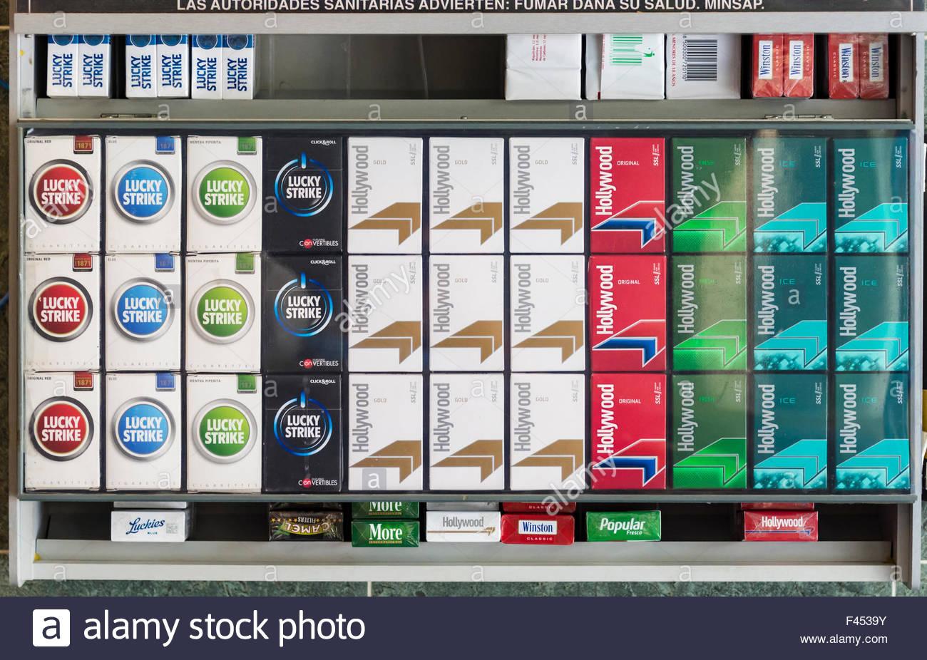 Schachteln Zigaretten auf dem Display, angeordnet in einem Schrank ...