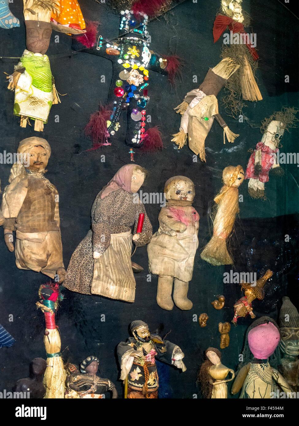 Voodoopuppen geglaubt, um böse Zauberkräfte haben werden im New Orleans Voodoo Museum angezeigt. Beachten Stockbild