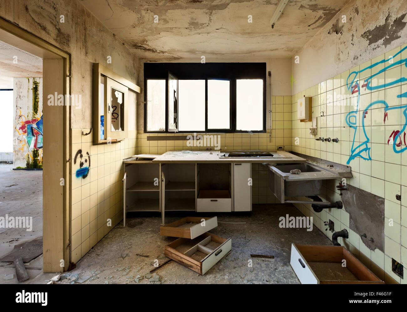 old kitchen destroyed interior abandoned stockfotos old kitchen destroyed interior abandoned. Black Bedroom Furniture Sets. Home Design Ideas