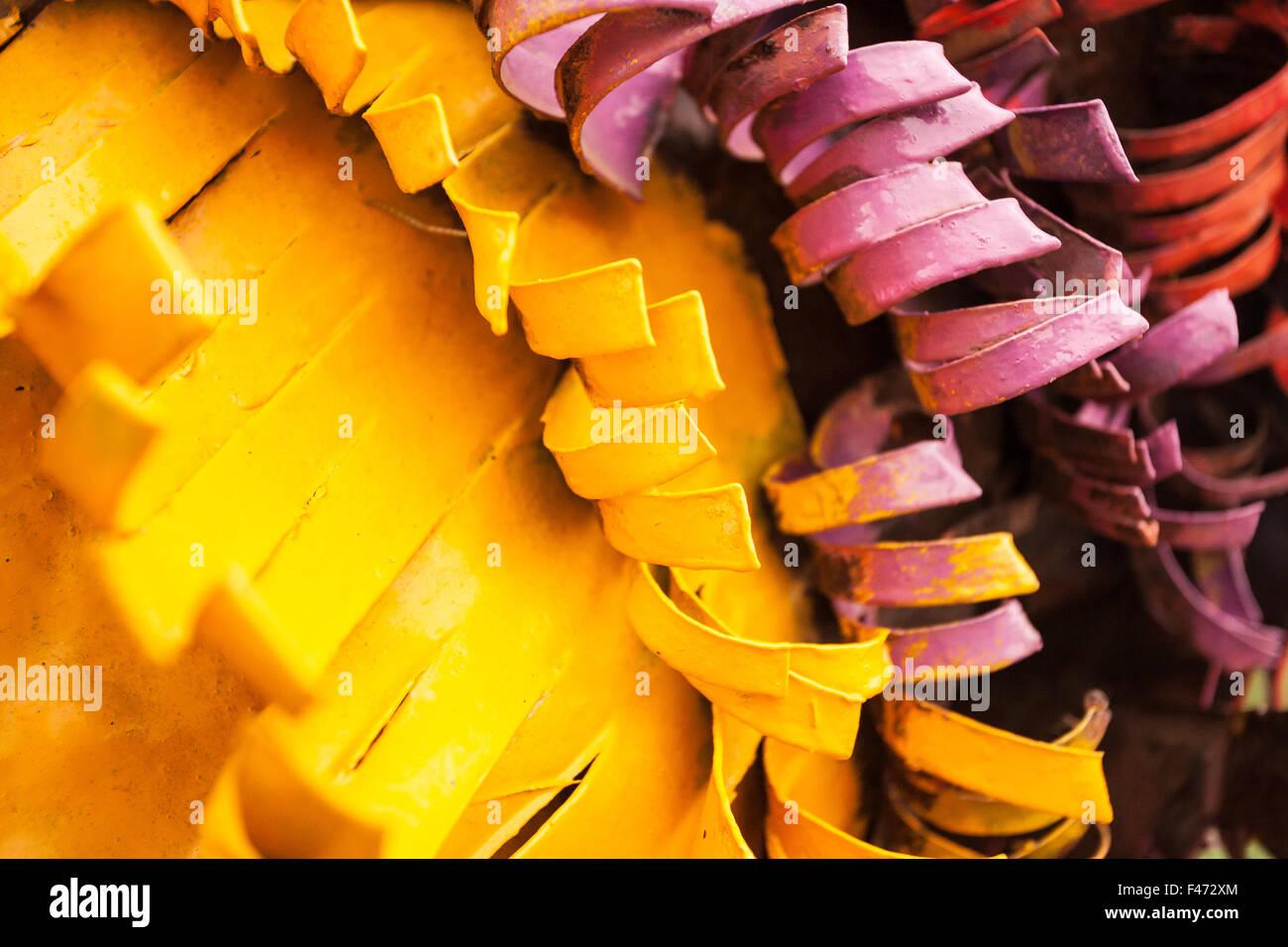 Gelbe und lila Metallstangen gemalt Stockbild