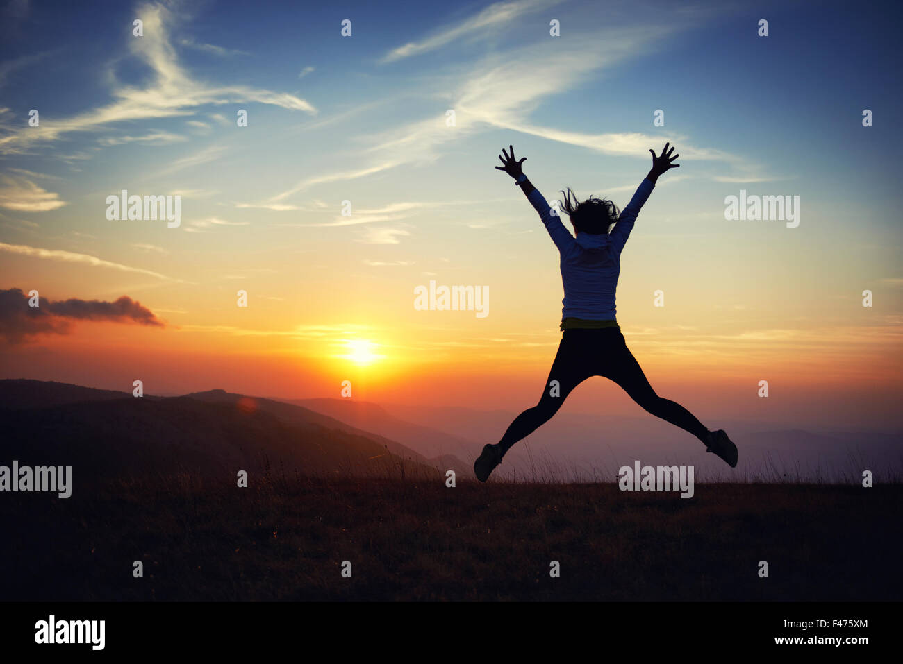 Junge Frau bei Sonnenuntergang Stockbild
