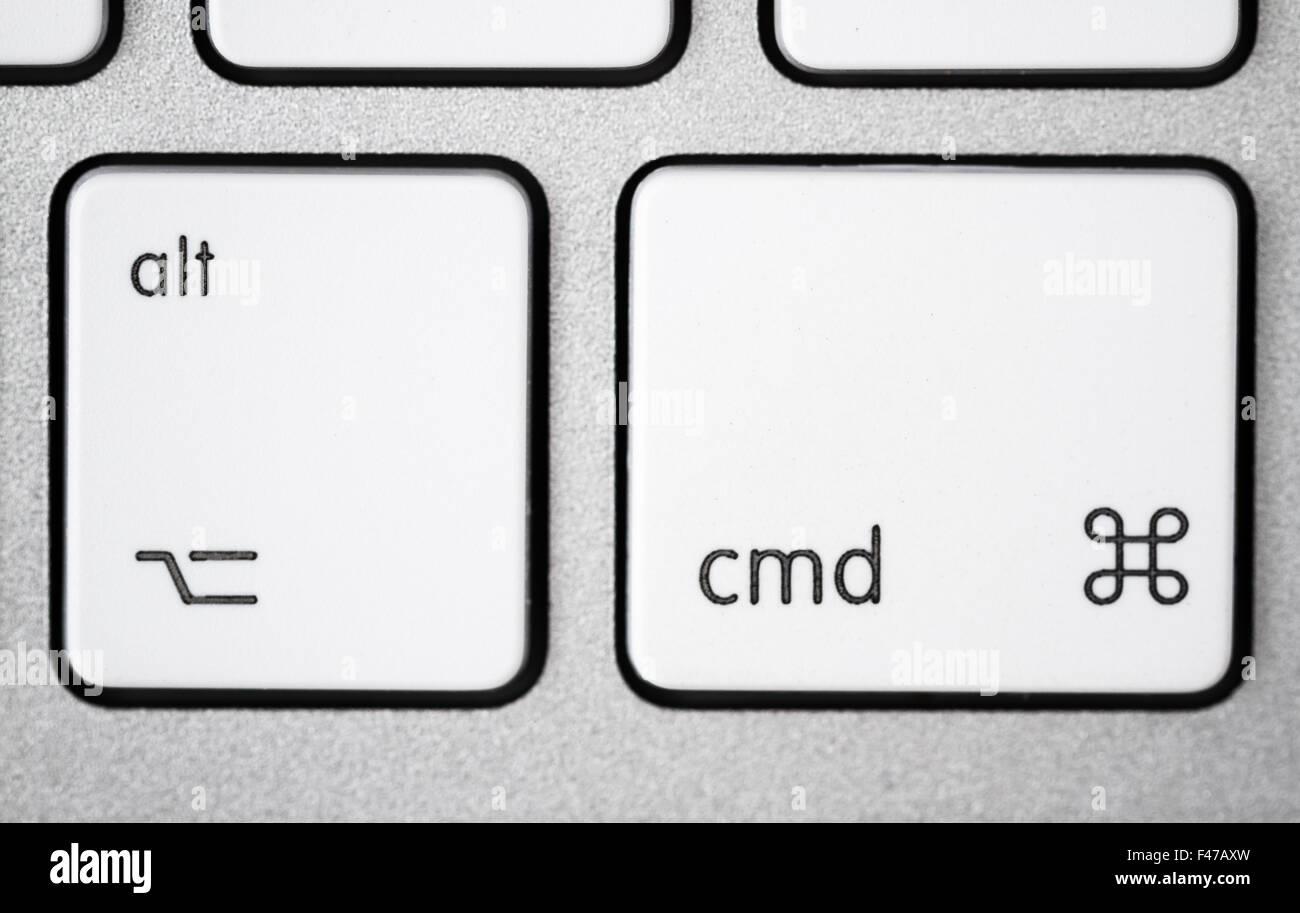 Nahaufnahme von einem weißen, grauen Computer-Tastatur. Fokus auf Alt und cmd. Stockbild