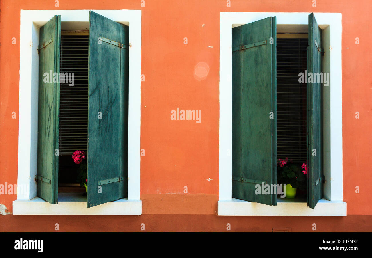 t r fenster orange shutter alte fame haus blau gr n braun schritte fensterl den. Black Bedroom Furniture Sets. Home Design Ideas