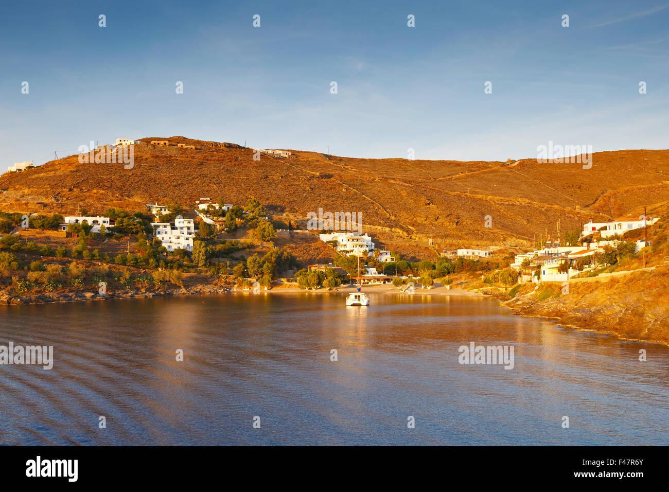 Blick auf Kythnos von der Fähre in den Hafen der Insel ankommen. Stockfoto