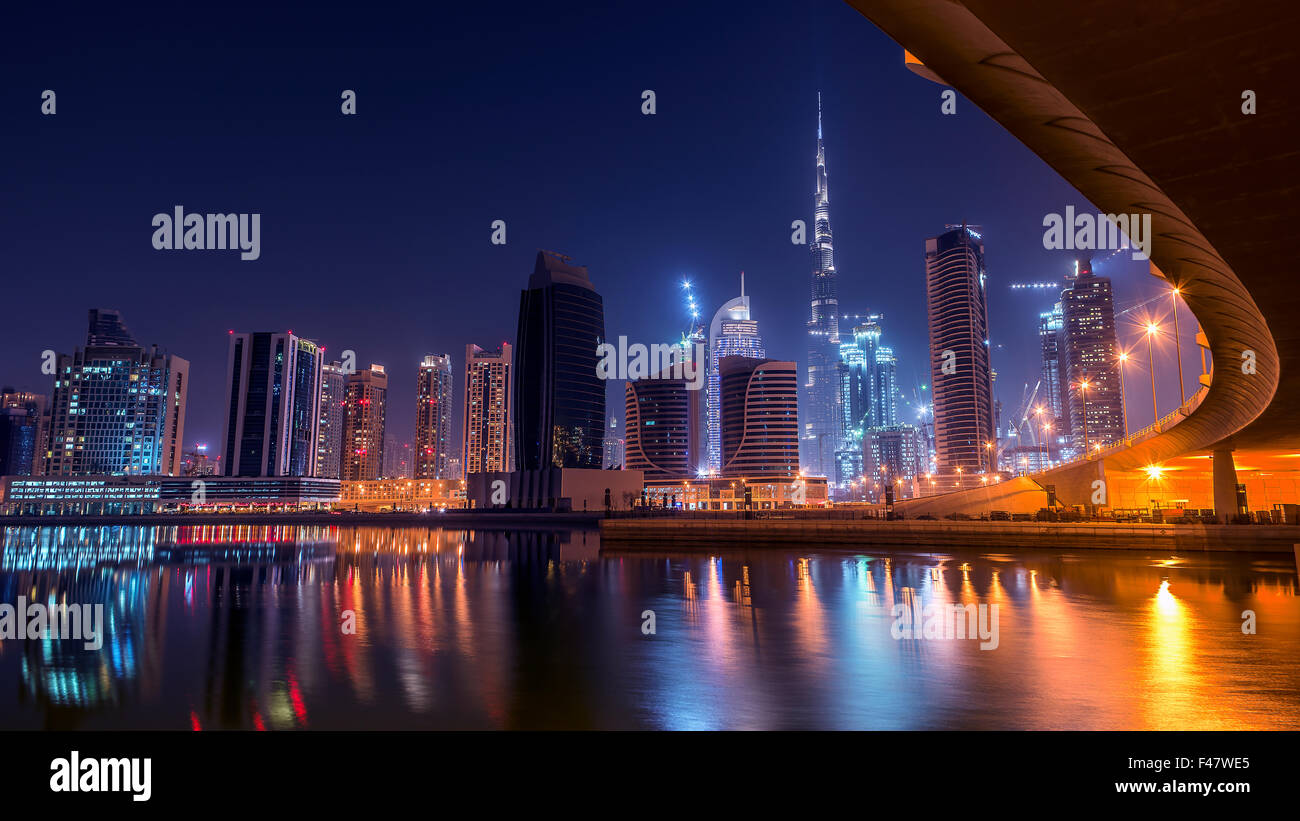 Dubai downtown angesehen unter der Brücke Stockbild