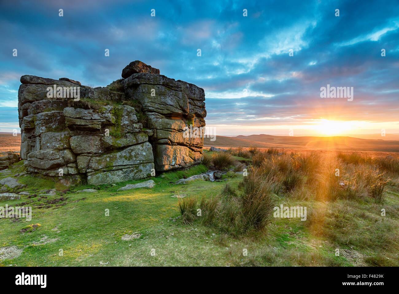 Atemberaubenden Sonnenuntergang am South Hessary Tor in der Nähe von Princetown auf Dartmoor National Park Stockbild