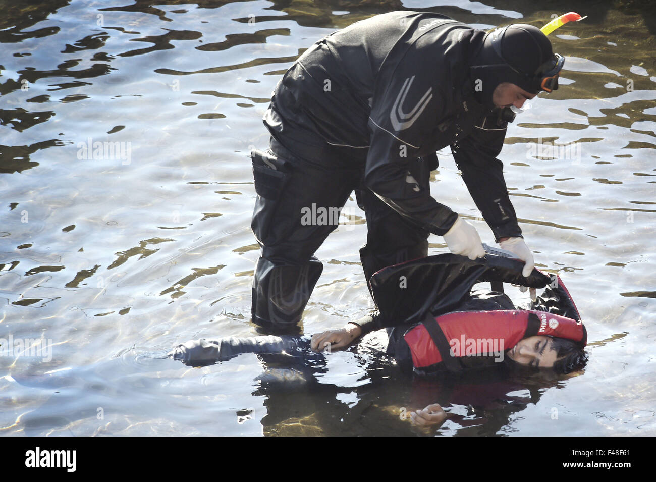 Lesbos, Griechenland. 15. Oktober 2015. Rescue Diver nimmt ein totes ...