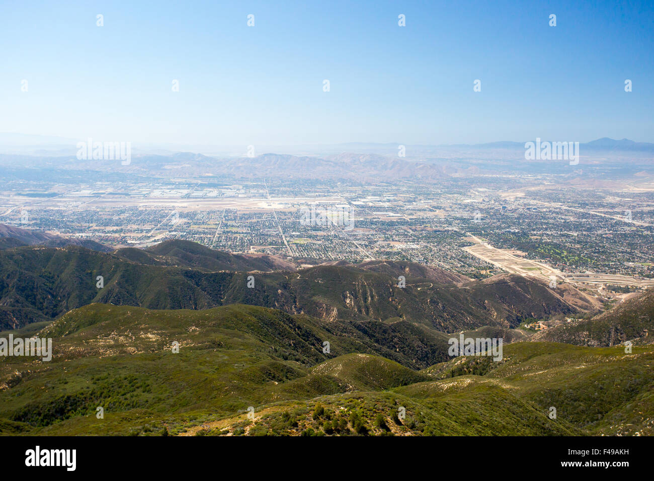 Der Blick über San Bernardino von Hwy 18 auf eine klare, heißen Sommertag in Los Angeles, Kalifornien, USA Stockfoto